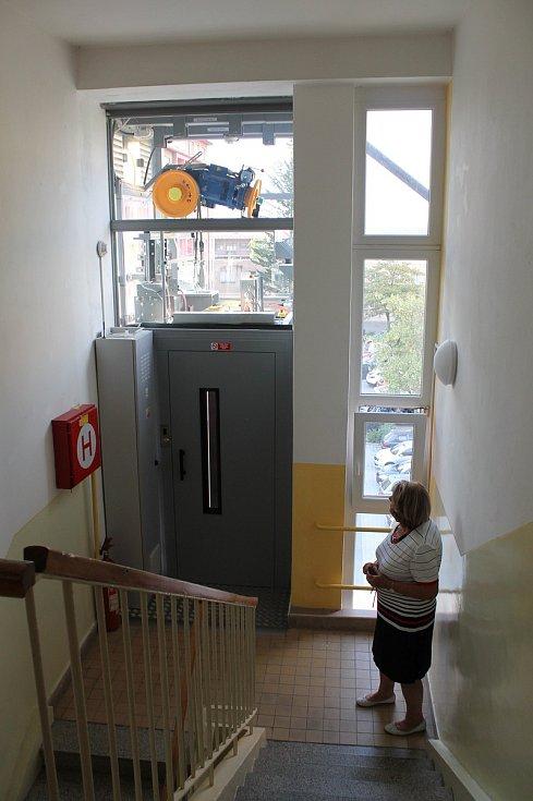 Nový výtah si užívají obyvatelé cihlového bytového domu v Družstevní ulici v Třebíči. Z poslední zastávky ještě zbývá pár schodů vzhůru, jinak to ale technicky vyřešit už nešlo.