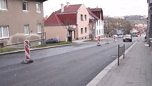 Dopravní omezení dlouhé téměř osm set metrů konečně skončí. Řeč je o rekonstrukci povrchu na Sucheniově a Pražské ulici v Třebíči.