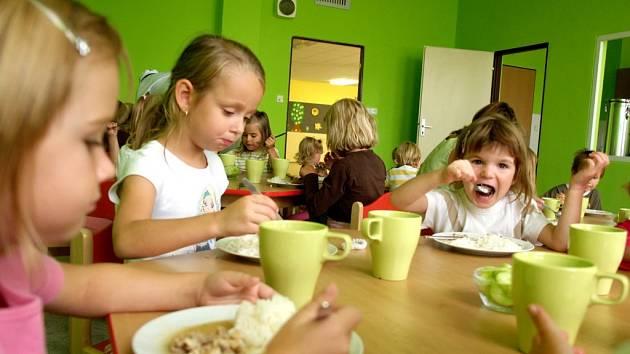 Osmadvaceti dětem se včera otevřela nová mateřská školka Sluníčko při třebíčské Základní škole Na Kopcích. Dětem je k dispozici jedna nově vybavená třída, jídelna a zahrada.