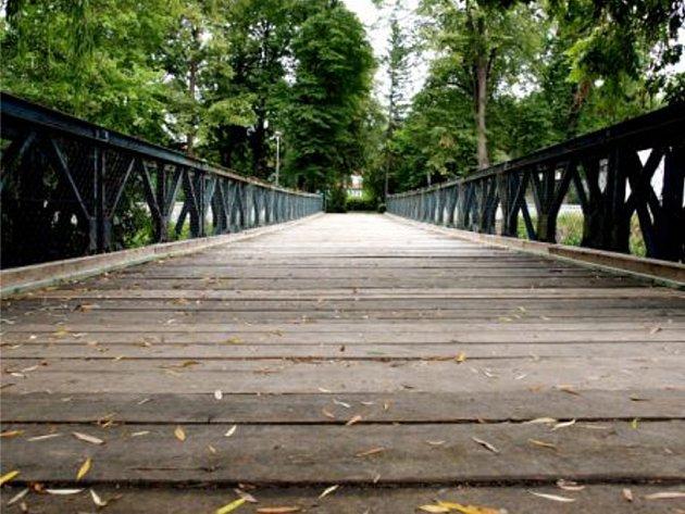 Historický most přes řeku Jihlavu, po kterém se chodí v Třebíči na plovárnu Polanka, zřejmě čeká stěhování.