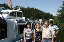 Karel Vyhnálek s přítelkyní, kapitán lodi Vysočina Petr Zicha, zástupce firmy Quarter pan Jakub Turek a Hana Žáková.