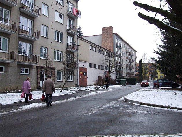 Z této strany ulice mají klid se vzrostlou zelení, z opačné strany domu jim proudí okolo auta po Znojemské ulici. Na snímku je vidět mezi paneláky kotelna, z níž bude bytový dům. Kvůli němu parkovacích míst zřejmě přibude.