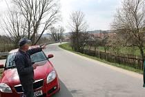 Most u Bransouz. Jan Fila ukazuje, kde by stavba nového mostu zabrala část jeho pozemku.