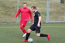 Jednoznačného vítěze mělo malé derby, ve kterém juniorka HFK Třebíč (v červeném) přivítala na umělém trávníku rezervu ze Žďáru nad Sázavou. Hosté byli v zápase 15. kola I. A třídy lepší a potvrdili pozici lídra skupiny B.