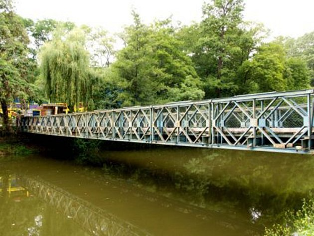 Bailey Bridge – tak přesně se jmenuje lávka, po které se chodí na plovárnu Polanka v Třebíči.