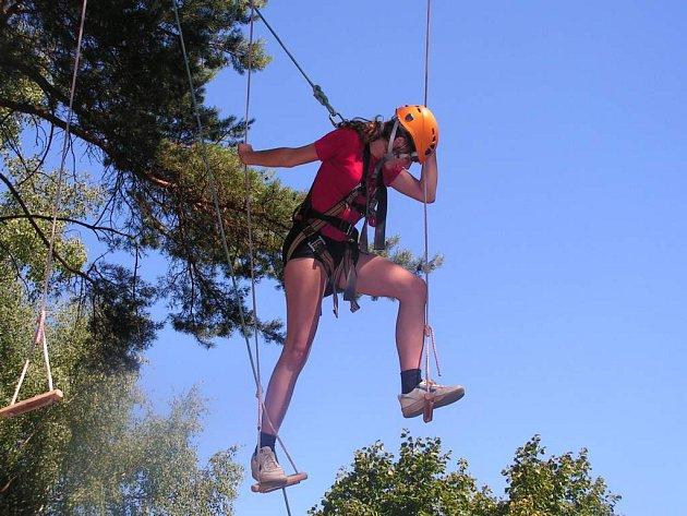 ADRENALIN. Lanové lávky v sedmi metrech nad zemí si kromě dětí vyzkoušeli o návštěvním dnu i rodiče.