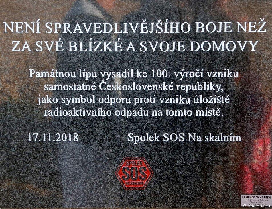 Pamětní deska, kterou 17. listopadu 2018 vztyčili odpůrci úložiště v lokalitě Na Skalním.