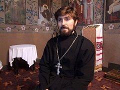 Kněz Jurij Biljak slaví s komunitou pravoslavných věřících v těchto dnech Vánoce. Místem konání bohoslužeb je chrám svatých Václava a Ludmily na Gorazdově náměstí.  Na mše chodí Češi i Ukrajinci.
