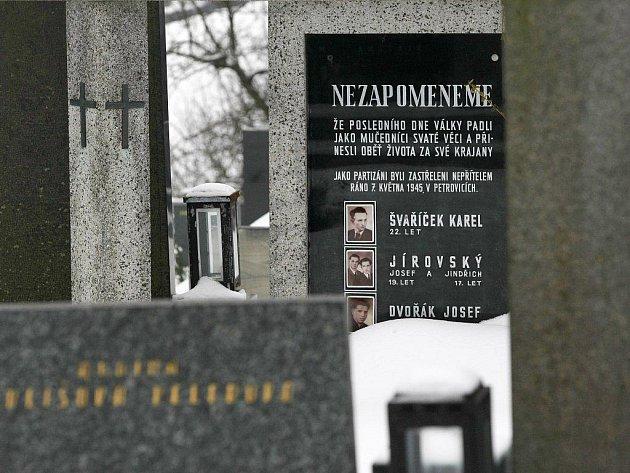 Na hřbitově v Přibyslavicích jsou pochováni partyzáni, kteří byli 7. května 1945 zastřeleni vPetrovicích.
