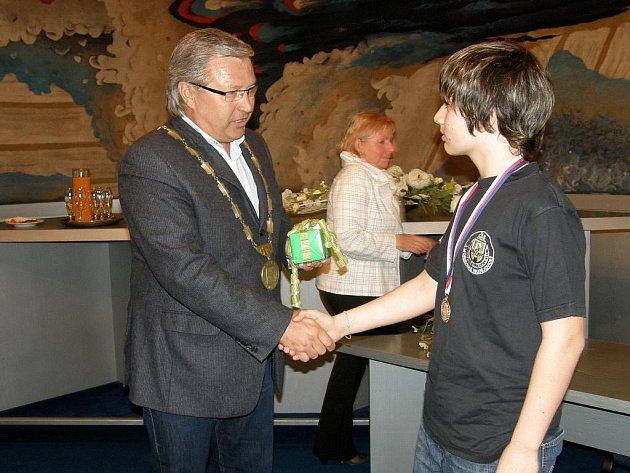 Mistra republiky v kategorii starších žáků Jaroslava Šálka ml. přijal tento týden na radnici starosta města Vlastimil Bařinka.