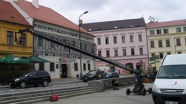 Speciální televizní technika je vidět tento týden v Třebíči. Společnost Frmol spolu s Českou televizí natáčejí ve městě dokument o památkách Unesco. Pro záběry z výšky používají filmaři výsuvné rameno.