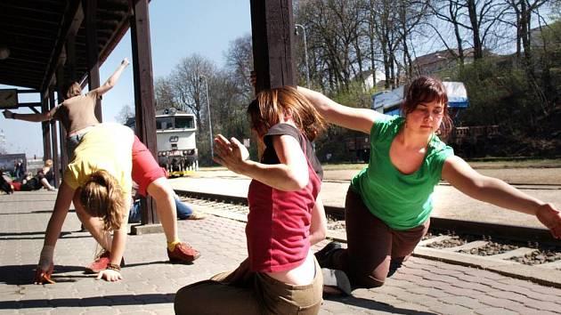 Příjemné čekání. Na vlakovém peronu dnes tančily mladé dívky.