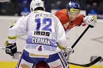 Pardubický útočník Lukáš Nahodil (v červeném) bojuje s brněnským forvardem Leošem Čermákem. Oba hokejisté shodou okolností pocházejí z Třebíče.