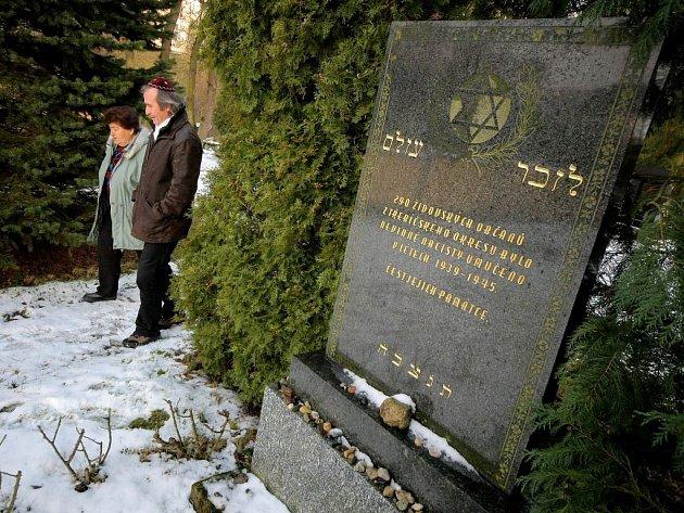 Při Dni památky obětí holocaustu navštívil pietní průvod židovský hřbitov.