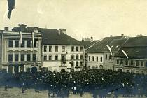 Srocení davů v centru Třebíče u příležitosti oslav vzniku republiky.