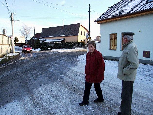 Dolní Lažany - červené auto je na vedlejší.