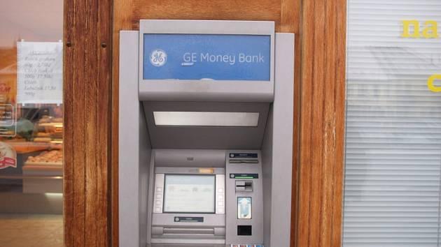 Bankomat, u kterého nutili zloději muže vybrat peníze