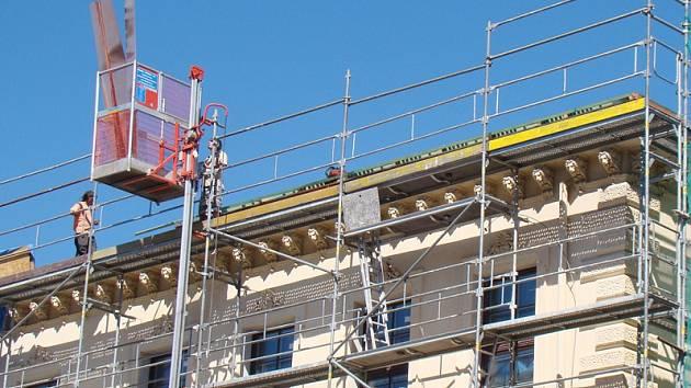 Střechu budovy třebíčského gymnázia obsadili dělníci.