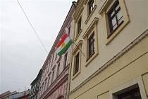 Na třebíčské radnici na Karlově náměstí bude až do 15. listopadu vlát kurdská vlajka.