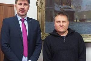 Starosta Třebíče Pavel Pacal a dárce krve Marcel Svoboda.
