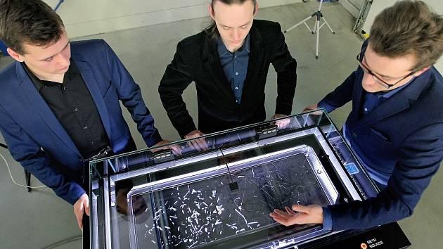 Jedinečné zařízení mlžnou komoru v úterý v Třebíči představili dva mladí vědečtí nadšenci Ondřej Zbytek a Ondřej Svoboda. Ti v roce 2013 získali ocenění Česká hlavička.