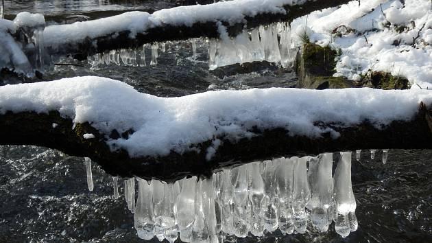 Na čerstvý vzduch a do zimní krásy. Podívejte se, co vykouzlil mráz na potoce. Foto: Vladimír Kenovský