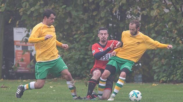 Fotbalisté Šebkovic (ve žlutých dresech) dobrovolně opouští elitní krajskou soutěž na Vysočině.