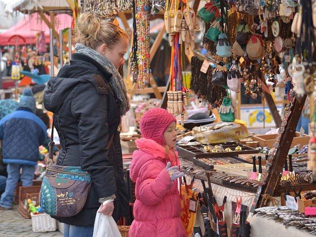K předvánočnímu času patří v Třebíči tradičně také Vánoční náměstí. Navštívit jej mohou lidé od včerejšího dne. Ve stáncích najdou nejrůznější regionální pochutiny či zajímavý dárek pro své blízké.