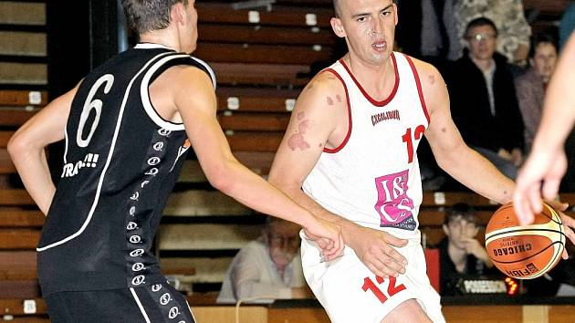 Třebíčští basketbalisté (v bílém Jan Milota) nejprve porazili exdruholigový Kyjov a poté zvládli i zápas proti B-týmu Zlína.