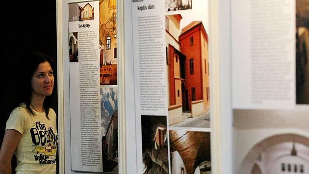 Na fotografiích, obrazech, plánech a modelech jsou zde zachyceny třebíčské památky zapsané na prestižní seznam UNESCO.