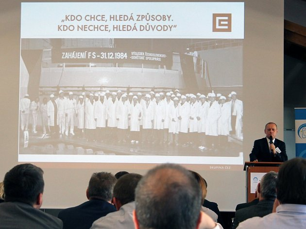 Ředitel výrobní divize ČEZ Ladislav Štěpánek na včerejším semináři bezpečnostní komise ve Valči promítl i fotografii ze zahájení provozu v Dukovanech.