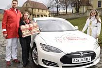 Elektromobil do Třebíče přijede rozdávat dárky v sobotu na Karlovo náměstí. Do Jihlavy dorazí v neděli na Masarykovo náměstí.