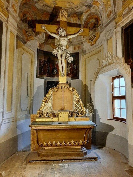 Oltář před obnovou.