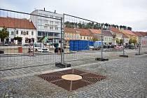 Těchto mříží je na Karlově náměstí několik desítek. Na horní straně náměstí by do nich už v polovině listopadu měly být zasazeny vzrostlé stromy.