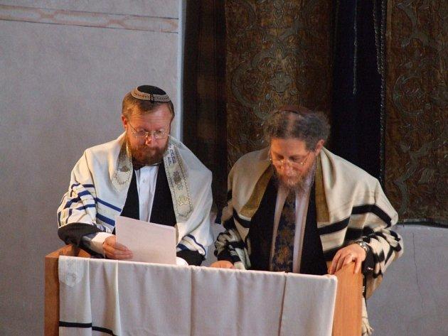 VELKÁ SLÁVA. Londýnský rabín Larry Tabick a plzeňský kantor Michal Foršt vzdali hold místu, lidem, tóře i duši festivalu Šamajim – Dagmar Juráňové.