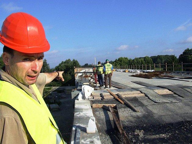 VRŠEK ESTAKÁDY. Dělníci teď dodělávají poslední náležitosti pro pokládku definitivního asfaltu.