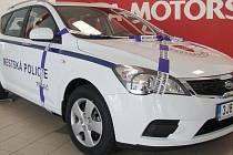ÚSPORNÉ AUTO. Ve středu převzala městská policie zbrusu nový automobil. I on pomůže šetřit náklady.