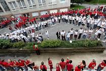 Na tři sta studentů s učiteli Střední školy stavební z Třebíče se v pondělí sešli oblečeni do červených a bílých triček na školním hřišti, kde ze svých těl vytvořili logo školy.