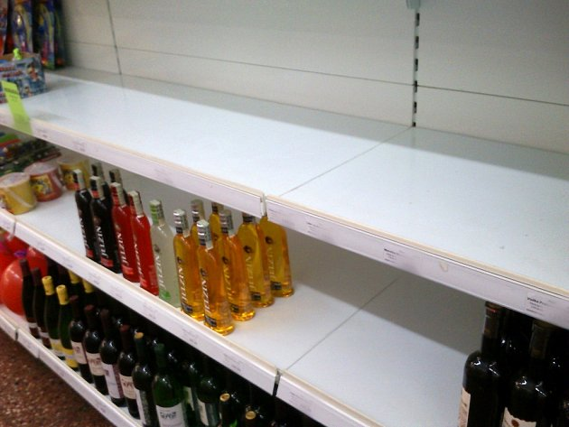 Tvrdý alkohol zmizel z regálů obchodů.