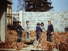 Budování přístavby Základní školy Otokara Březiny v Jaroměřicích nad Rokytnou v 80. letech.