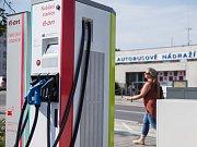 Nabíjecí stanice pro elektromobily na parkovišti na Komenského náměstí v Třebíči.