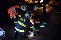 Cvičení záchrany zraněného člověka se odehrávalo v uzavřených a mnohdy stísněných prostorách. Rozhodně to není práce pro ty, kteří trpí klaustrofobií.