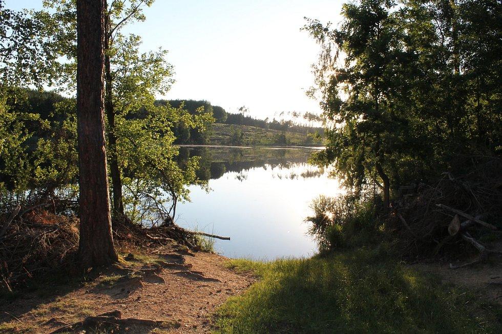 Rybník Hrachovec v rekreační lokalitě Kosová u Moravských Budějovic.