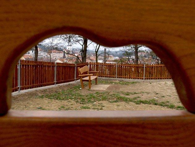 Po letošní revitalizaci veřejných ploch přistoupila radnice také k rekonstukci dětského hřiště na sídlišti zvaném Marijánka. Novinkou je využití dřevěného plotu.  Jestli odolá nezvaným nočním návštěvám, ukáže čas.