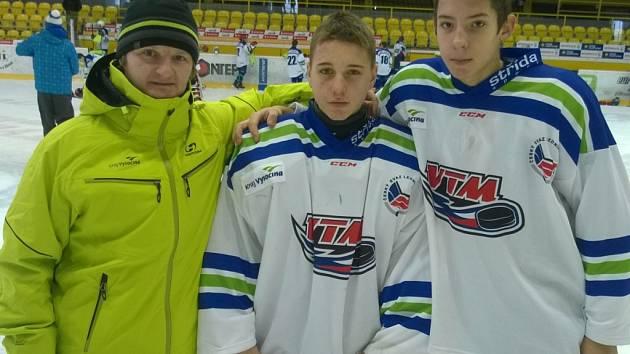 Horácká Slavia Třebíč měla své zastoupení v hokejovém výběru Vysočiny, kde nechyběli brankář Šimon Dobrovolný (uprostřed), obránce Jakub Vlk a trenér Jaroslav Barvíř.