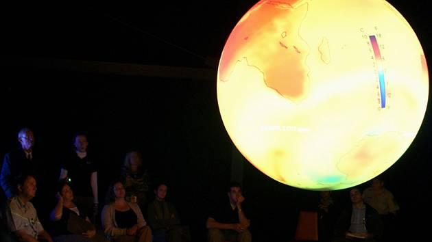 Návštěvníci Alternátoru se mohou těšit třeba na Science on Sphere, vědu na kouli. Obří projekční koule za téměř sedm milionů korun se v České republice nachází už jenom v Plzni.