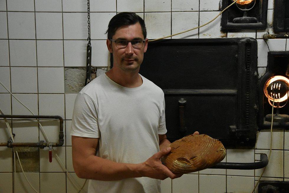 Tomáš Vyroubal obnovil výrobu v pekárně v Třebíči. Svoje pečivo peče v parní peci z roku 1933.  V té době tam totiž fungovala Weberova pekárna.