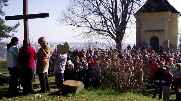 Zástup věřících se vypravil na křížovou cestu k třebíčskému Kostelíčku.