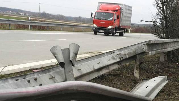 Lidé už nechtějí další nehody na silnici ze Studence do Náměště nad Oslavou. Peticí se dožadují nové křižovatky.