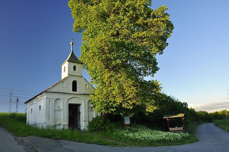Kaplička v Skryjích, zaniklé obci, kterou museli obyvatelé opustit kvůli stavbě Jaderné elektrárny Dukovany